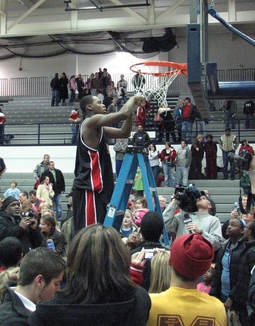 DeShaun Thomas cutting the net